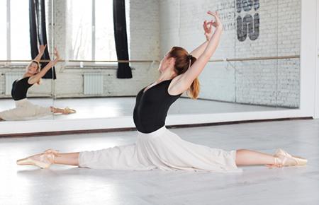 プロバレエ団特別指導の希望者の受付を行っています。